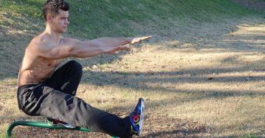 Mann macht einbeinige Kniebeuge - bulgarische Kniebeugen
