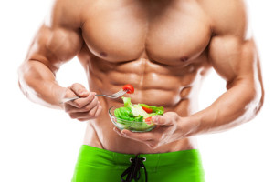 Mann mit wenig Körperfett isst Schüssel Salat