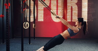 Rücken Übungen mit dem Schlingentrainer