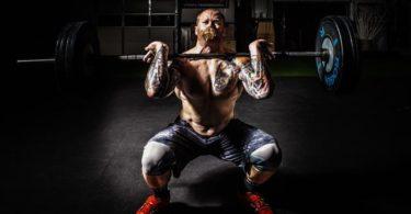 Mann führt Frontkniebeugen (Front Squat) mit richtiger Technik aus