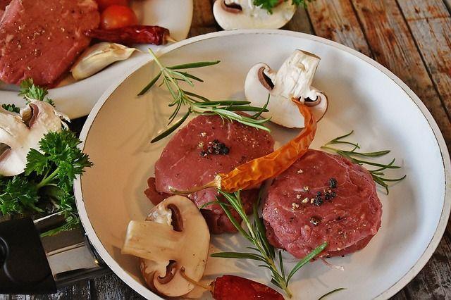 Fleisch mit Pilzen für ein Low-Carb Abendessen