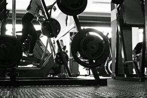 Frau auf Cardiogerät bei Wettkampf Bodybuilding