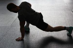 Mann beim Beweglichkeitstraining für die Beine