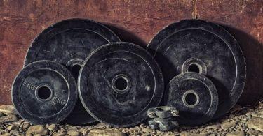 Hantelscheiben an Wand: Tipps um dauerhaft erfolgreich zu trainieren