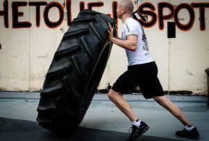 Krafttraining mit Reifen für Fitness im Kampfsport
