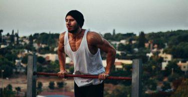 Mann bei Muscle-Ups Kernwerk App Testbericht