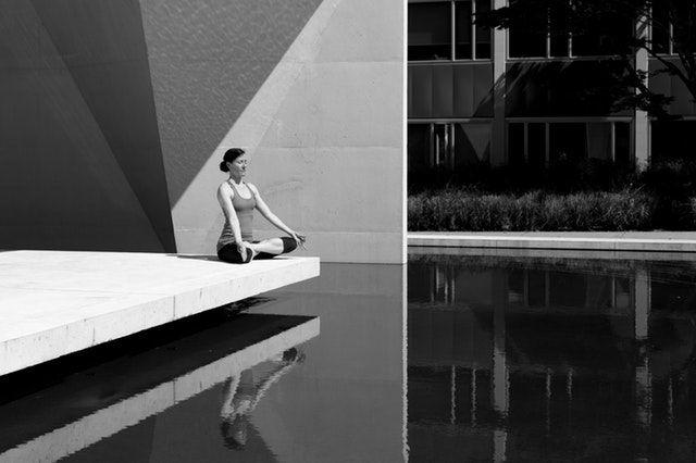 Frau bei Entspannungsübung, Sport für Faule