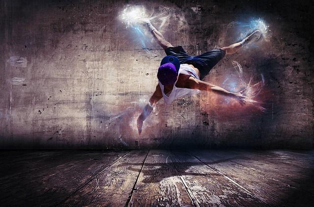 Junger Streetdancer mit Power in Bewegung