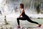 Junge Frau am Fluss ihrer Quelle für mehr Power & Antrieb
