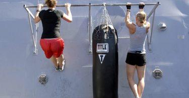 Frauen trainieren Klimmzüge mit richtiger Ausführung