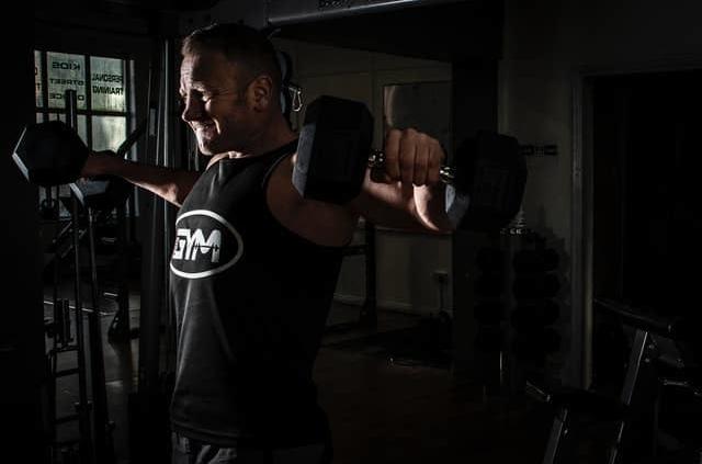 Mann beim Training trotz Schulterproblemen