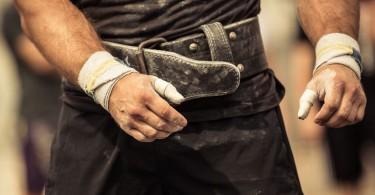 Trainingszubehör im Krafttraining: Gürtel, Bandagen und Griffhilfen