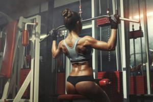 Bei Schulterproblemen gilt erst recht - lieber zur Brust ziehen als in den Nacken!