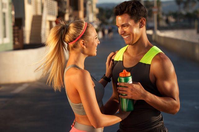 fittes Paar beim Wasser trinken