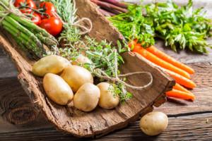 Schale mit Kartoffeln Möhren Tomaten Spargel Gewürzen