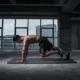 Mann auf Trainingsmatte Übung mit dem eigenen Körpergewicht
