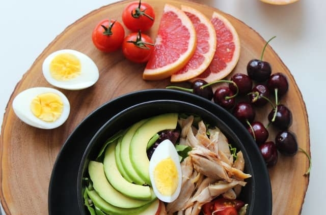 gesundes unverarbeitetes Essen um Körperfett zu reduzieren