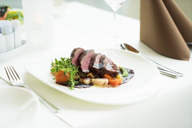 Fleisch und Gemüse auf Teller angerichtet: Ernährung nach Dr. Feil