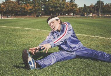 Frau beim Stretching mit Fitness als Lebenseinstellung (Lifestyle)