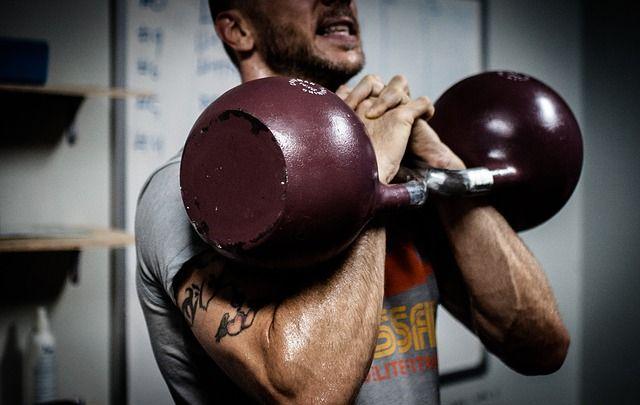 Mann beim Crossfit Workout mit Kettlebells