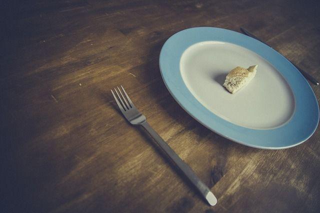 Brot auf Teller mit Gabel, warum du mehr essen solltest um besser abzunehmen