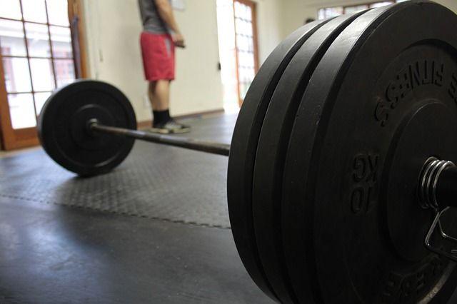 Langhantel auf Gummiboden - Warum du keine Muskeln aufbaust