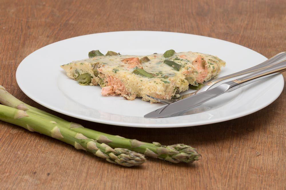 Teller mit einem Spargel-Lachs-Omelett als Rezept