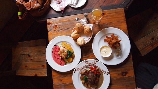 Tisch mit Speisen - Ernährung tracken