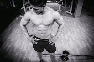 Mann mit Sixpack - Ernährung tracken für Muskelaufbau & Diät