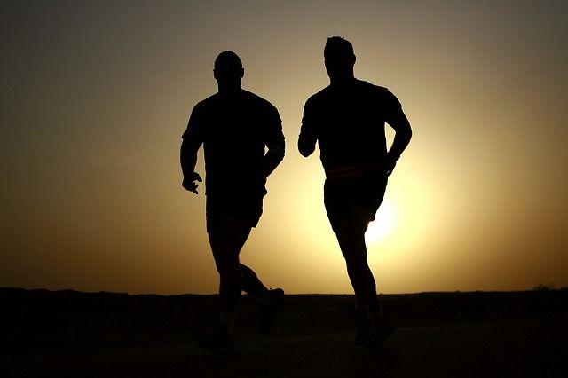 2 Männer bei Cardio Training & Muskelaufbau