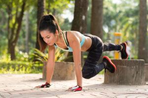 Frau bei Tabata Training Übung