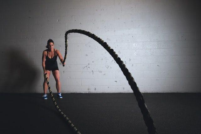Frau mit Seil beim Tabata Training