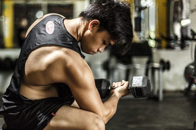 Jugendlicher beim Kraftsport: Motivation zwischen Party & Training