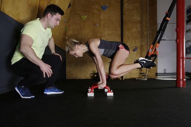 Bauchübungen mit dem Schlingentrainer