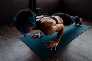 Frau bei Liegestützen auf Sportmatte